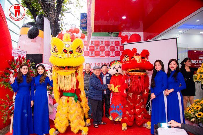 Nhiều khách hàng đến dự khai trương cũng như sử dụng dịch vụ ngày đầu tại Nha Khoa Đại Nam Sài Gòn