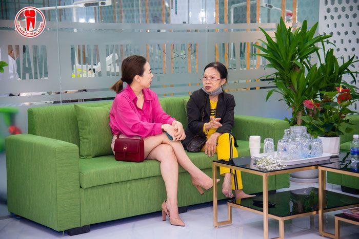 Khách hàng được chính Phó giám đốc Marketing của Nha Khoa tư vấn khi đến thăm khám điều trị.